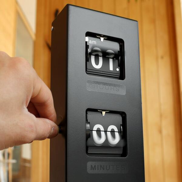 シンプルな文字盤で時間を強調してくれるおしゃれな壁掛けフリップ時計