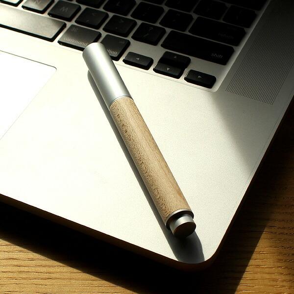 アルミニウムから削り出したボディに銘木をプラスした万年筆。