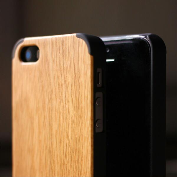 丈夫なハードケースがしっかりとiPhoneを守り、天然木の質感が手に安らぎを与えてくれます。