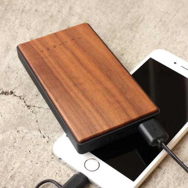 毎日の通勤に適した携帯性の良い木製モバイルバッテリー