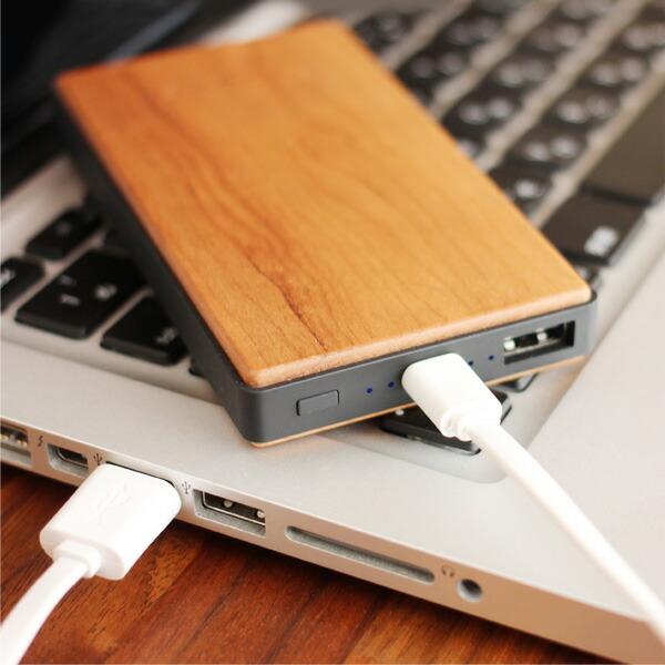LEDランプの点灯数によって充電量が分かる木製モバイルバッテリー4000mAh