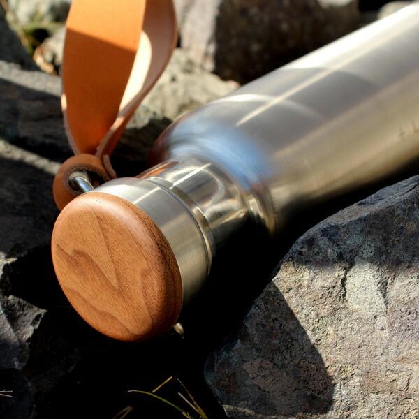 無機質なステンレス素材の水筒に銘木を組み合わせたおしゃれなサーモボトル、木の温かさと美しさが象徴的な水筒・タンブラーで