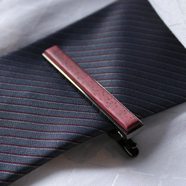 主張し過ぎないシンプルデザイン、 ネクタイの柄や色を問わず、コーディネートしやすいネクタイピンです。