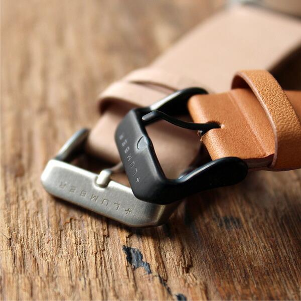 メンズ・レディース兼用で使える腕時計、尾錠にはブランドロゴが刻まれています。