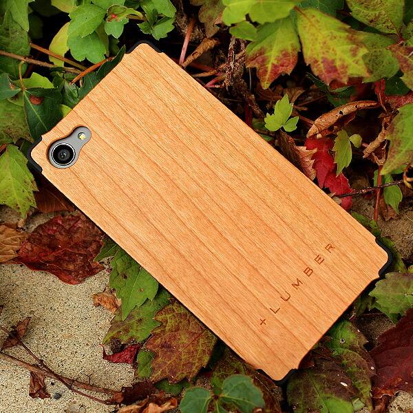 丈夫なハードケースがしっかりとスマートフォンを守り、天然木の質感が手に安らぎを与えてくれます。