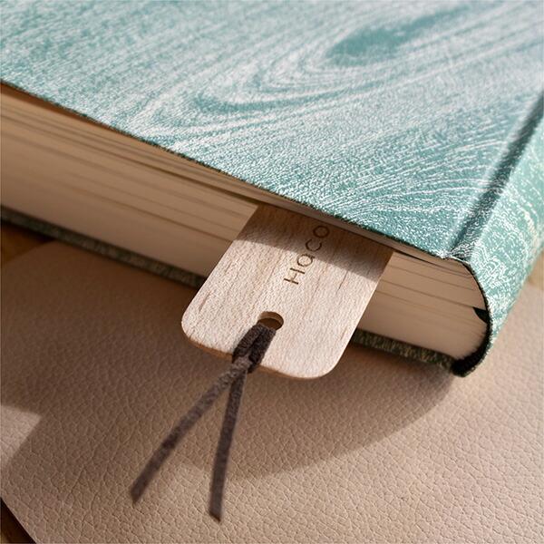 木の表情が本の隙間から顔を出します。