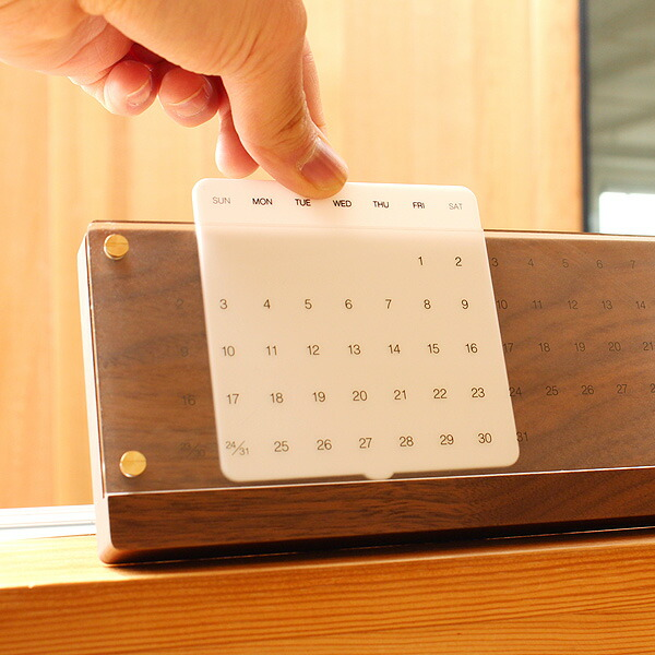 白板をスライドさせて使用します。簡単な動作で永く使える木製万年カレンダー