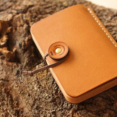 HacoaとHERZのコラボレーション商品、ビジネスを印象的に演出する木と革の名刺ケース名刺入れ