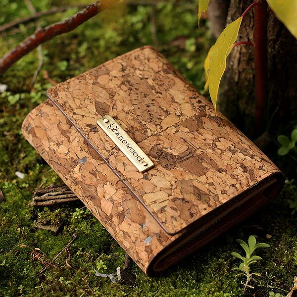 コルクレザーのコンパクトな三つ折り財布