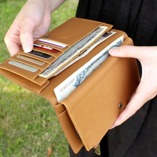 大きめのメインポケットにはお札をきれいに整理して収納できます。
