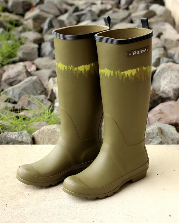 さりげない木々のシルエットが足元のコーディネートを引き立てるレインブーツ・長靴