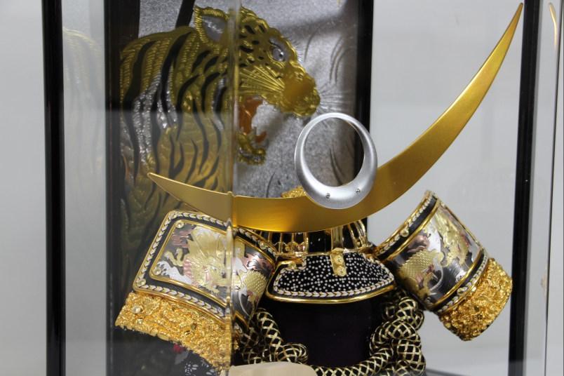 彫金龍11号銀兜六角焼桐アクリルケース山バックケース飾り【兜ケース飾り】