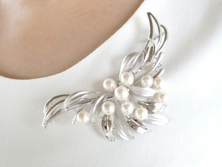 真珠が浮いたようなデザイン