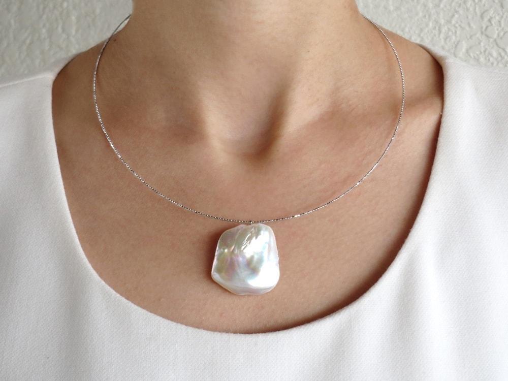 煌びやかなデザインパイプが大きさの異なる真珠を際立たせます