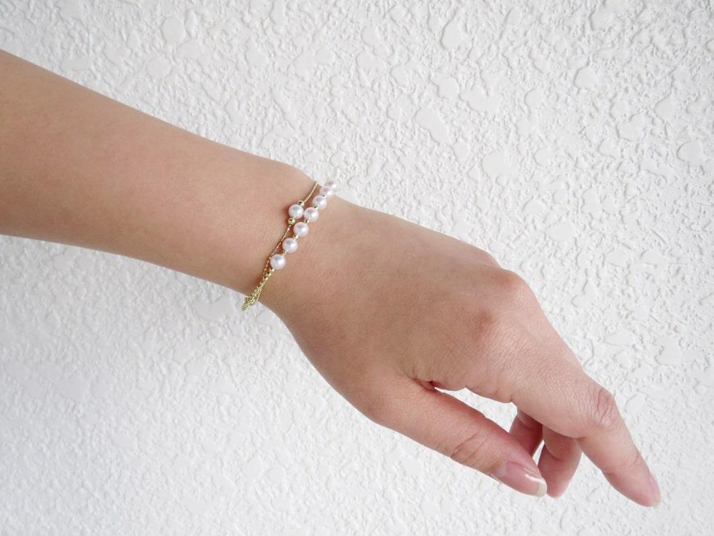 華奢なアコヤベビーパールは手首を美しく表現する