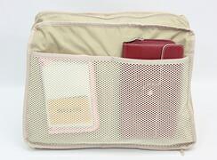 キキ2 クリ手トートMは内側:メッシュ素材のオープンポケットが2つ。メッシュだから中の荷物が見やすい