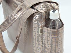 キキ2 クリ手トートMは外側:両サイドにペットボトルや折り傘が入るオープンポケットが付いています