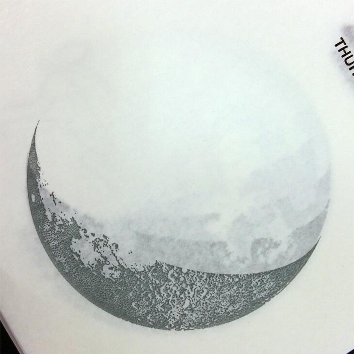 先の日までうっすら透けて見えるのは、昔ながらの日めくりカレンダーの紙ならでは。月が徐々に変化していく様子もお楽しみください。