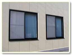 窓の殺虫剤 虫コナーズ スプレー ガラス用 をガラスに噴霧