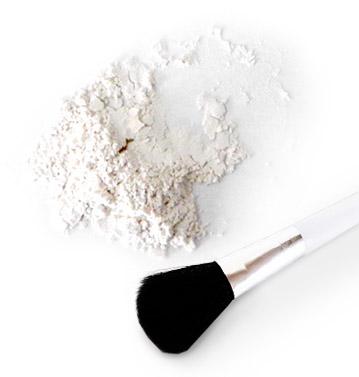 看上去不施脂粉是重点!用蚕丝粉打造不需涂抹太厚的自然有光泽肌肤。