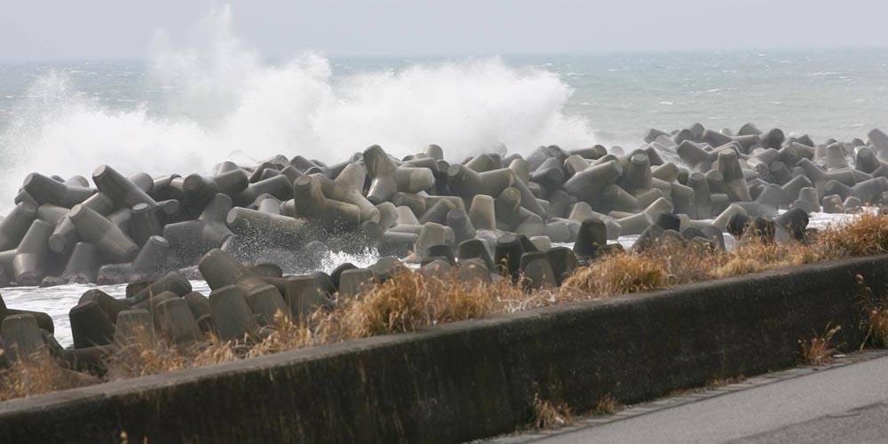 荒れた天候、危険な場所、立ち入り禁止区域では釣りをしない!