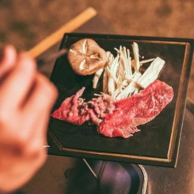 [クロテツ]で、日本人特有の食べ方「すき焼き」に挑戦!