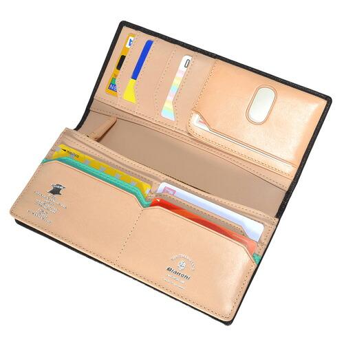 a7ed29239e31 外側の型押しと、内側の滑らかなスムース革の異素材感が楽しいコチラの長財布。 随所にあしらわれたブランド ロゴや、