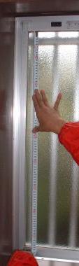 窓の縦の長さを測ります。