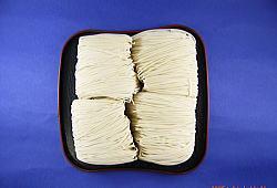 【大門素麺(おおかどそうめん)】袋を開けると真っ白な乾麺が出てきます。