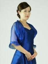 露出を控え上品な印象に仕上げてくれるドレスをアレンジするのに最適な一品