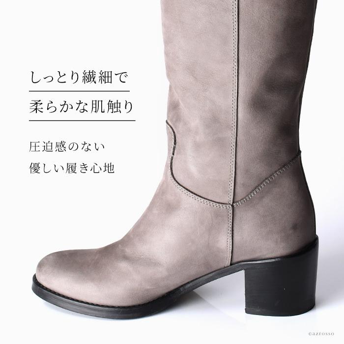 今回ご紹介するのは、柔らかなヌバックレザーを使って贅沢に仕上げた正統派のジョッキー型ブーツ。ヌバックとは、なめした革を軽く摩擦させ、ベルベット状に仕上げたもの。主に高級な靴に用いられるレザーで、繊細でソフトな風合いを特徴としています。