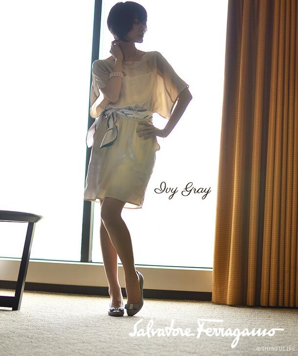 靴の女王の定番パンプス。サルヴァトーレ フェラガモ/Salvatore Ferragamo/CARLA70/ヒールパンプス/快適な履き心地を得られるリボンパンプス/リボン/ヴァラ/ヒール/ハイヒール/痛くない/疲れない/ブラック/黒/グレー/靴/新作/正規品 モデル写真 : アイビーグレー