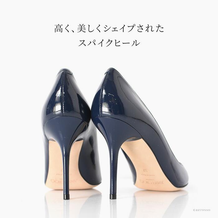 ヒールを履いたとき特有の痛みや歩きにくさがないのが最大の魅力。インソールの幅が比較的広めに作られているので、ハイヒールかつピンヒールながら安定感があり、疲れにくく、靴底も滑りにくいよう加工されています。その履きやすさから、ジミー・チュウの靴は「奇跡のフィット感」と絶賛され、「魔法の靴」とも呼ばれています。