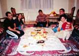 ペルシャ絨毯の上でのイランの食事の様子