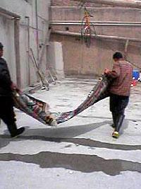 まずはキリムを広げる キリム&ペルシャ絨毯専門店オリエンタルムーン