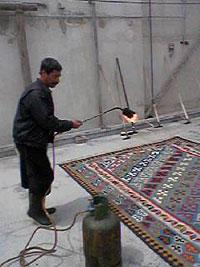 ガスバーナーでキリムの表面の毛を焼く キリム&ペルシャ絨毯専門店オリエンタルムーン