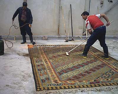 キリムをこすって焦げたケバを取る キリム&ペルシャ絨毯専門店オリエンタルムーン