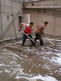 キリムを水で十分流す キリム&ペルシャ絨毯専門店オリエンタルムーン
