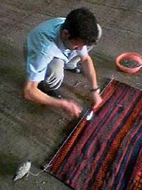 まっすぐ張った糸を目印にキリムに釘を打つ1 キリム&ペルシャ絨毯専門店オリエンタルムーン
