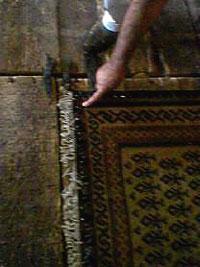 まっすぐ張った糸を目印にキリムに釘を打つ2 キリム&ペルシャ絨毯専門店オリエンタルムーン