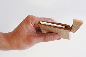 「印籠」をモチーフにした木製カードケース「INRO:(ナチュラル)」