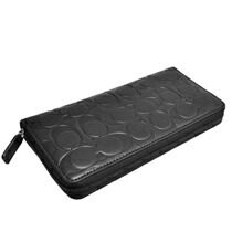 55d97d3607d8 COACHならではの上質なレザーに、シグネチャー柄が型押しされたインパクトのあるデザインで、使い込む程にレザーの風合いを感じられるオススメのお財布です。
