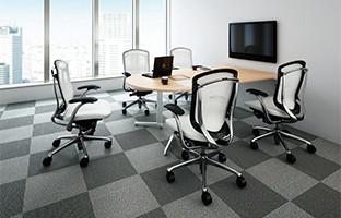 支社間や海外等遠距離の打ち合わせ空間としてオススメ。半円テーブルで空間をスマート&コンパクトにデザイン。