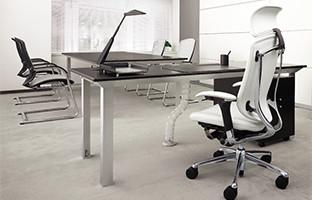 管理職の空間をより上質に仕上げたオカムラの代表チェア「コンテッサ」との組み合わせ。