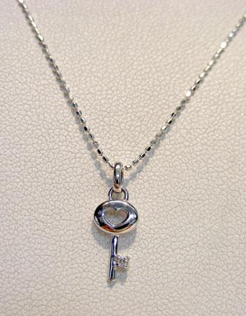 K18WG ダイヤモンド(キー 鍵型)ペンダントネックレス