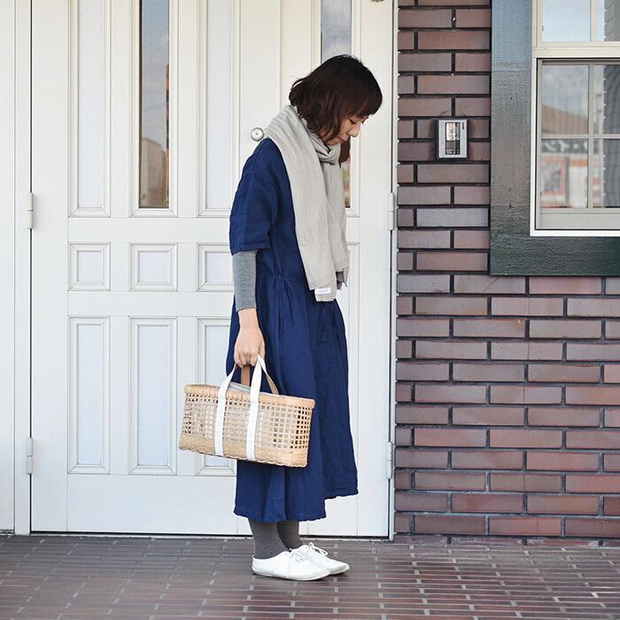365日ストールを巻いて玄関前に立つ女性
