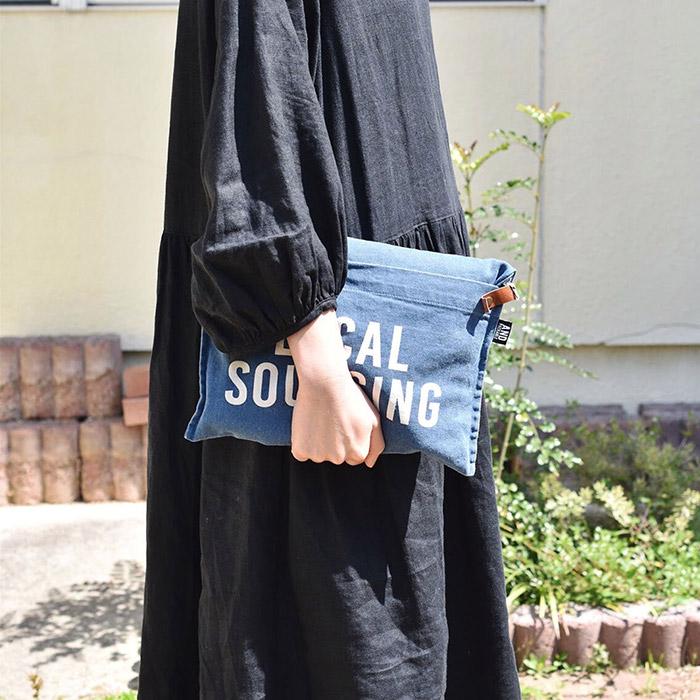 あたたかな日差しの中エプロンバッグを持つ女性