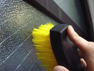 ※でこぼこした型板ガラスの表面は、意外によく汚れています(喫煙:ヤニ汚れ/道路沿い:排気ガス&スス/結露:黒カビなど)拭いただけでは落ちきれないのでブラッシングが必要です。タオルの上にブラシを当ててこするのが上手いお掃除のコツです。