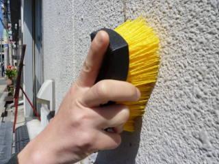 ※浴室や屋内のみならず、屋外壁の掃除にも便利です。優れた耐久性と耐水性&ハードな毛先で頑固なコケや排気ガス汚れを取り除きます。台所用中性洗剤を泡立てながら作業するのが基本ですが、落ちにくい排気ガスやススの汚れには「キッチンの油汚れ用つけおき用クリーナー」との併用が効果的です。
