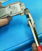 1.ペンチなどで刃先部分をしっかりつかみ、ゆっくりと手前に引き出します。